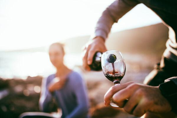 CENARE NEL DESERTO – ADATTO A – beach-women-couple-dinner-alcohol-wine-wine-glass-rocks-romantic-date_t20_YQj8mX